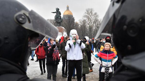 Участники несанкционированной акции сторонников Навального в Санкт-Петербурге