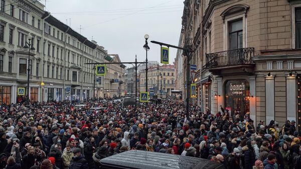 Участники несанкционированной акции сторонников Алексея Навального на Большой Морской улице в Санкт-Петербурге