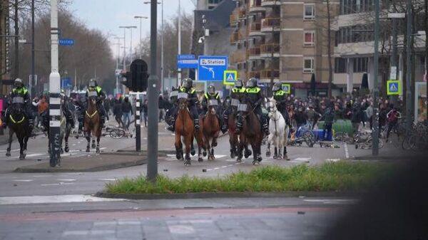Столкновения голландской полиции с протестующими