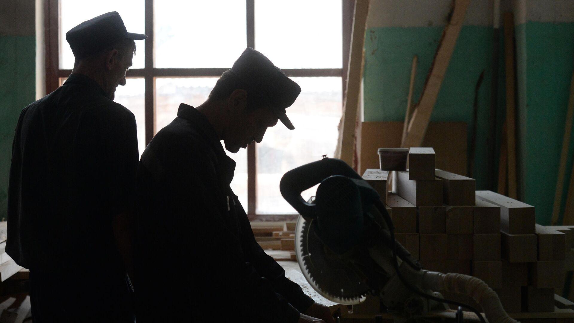 Заключенные работают в столярном цехе  - РИА Новости, 1920, 15.06.2021