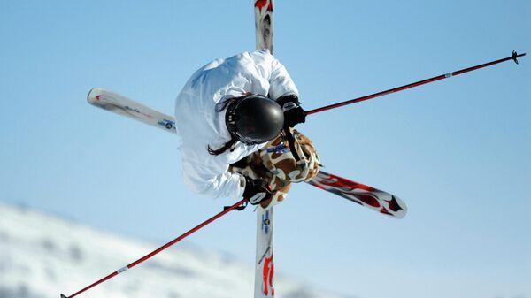 Лыжник на горнолыжном курорте Абзаково