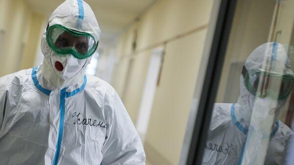 Медицинский сотрудник в коридоре больницы для больных коронавирусом в родильном доме №2