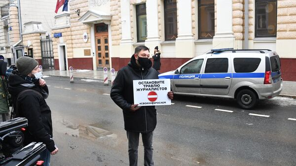 Кирилл Вышинский в одиночном пикете против травли работников российских СМИ в Латвии и Прибалтике у посольства Латвии в Москве