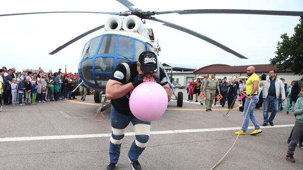 Сергей Агаджанян (Халк) буксирует вертолет