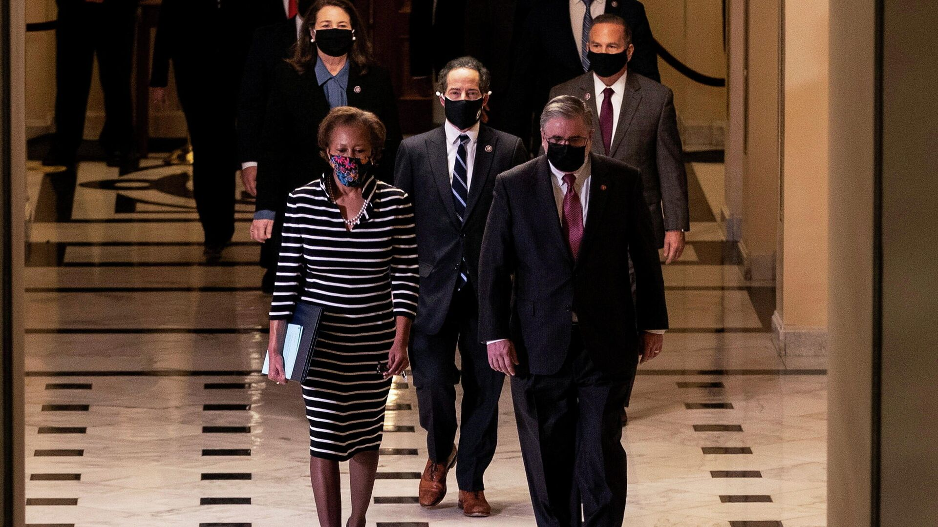 Секретарь Палаты представителей США Шерил Джонсон вместе с группой ответственных за подготовку положения об импичменте, передают его в Сенат США  - РИА Новости, 1920, 10.02.2021