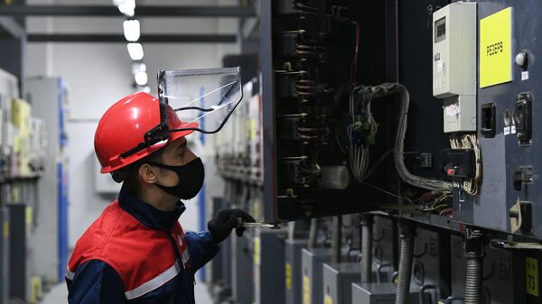 Инженер в машинном зале подстанции Елоховская Московских высоковольтных сетей (МВС) - филиала ПАО Россети Московский регион