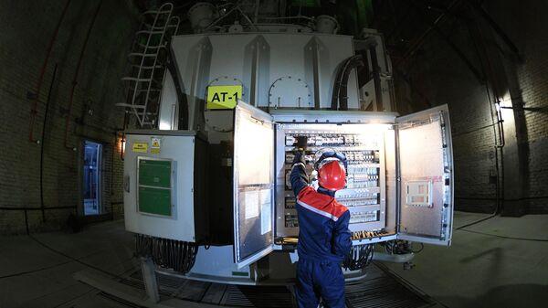 Инженер в машинном зале подстанции