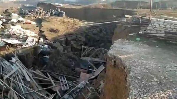 Кадры с места обрушения зданий в дагестанском селе Карабудахкент