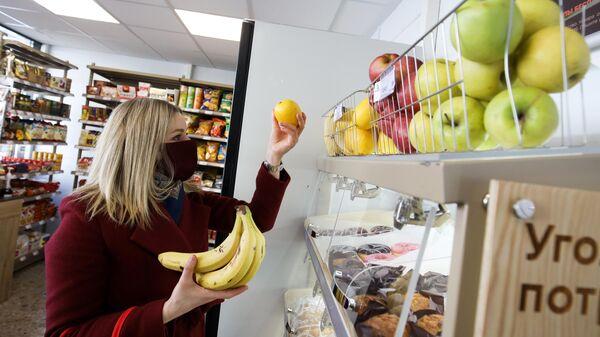 Девушка выбирает фрукты