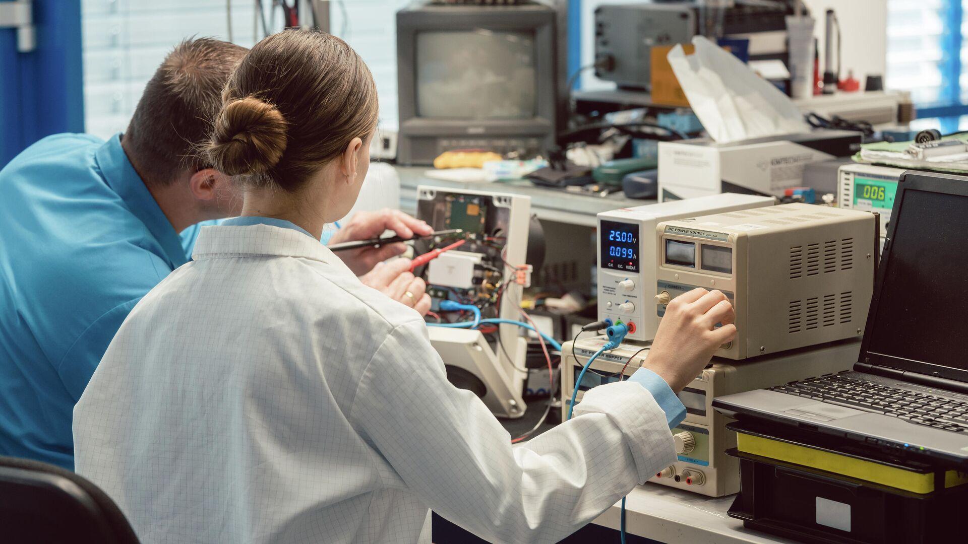 Инженеры в лаборатории - РИА Новости, 1920, 31.08.2021