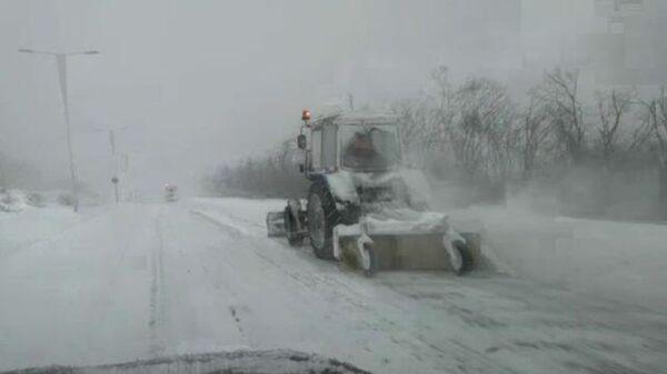 Снежный циклон в Приморье: машины спецтехники чистят дороги
