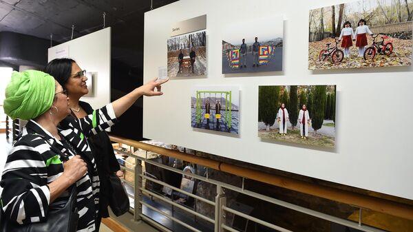 Посетители на открытии выставки победителей конкурса имени Андрея Стенина в Кейптауне