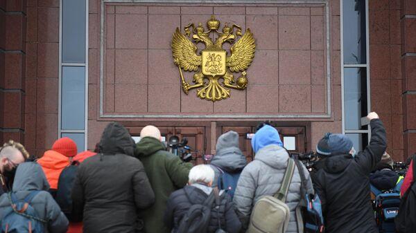 Журналисты у здания Московского областного суда, где рассматривалась жалоба на арест Алексея Навального