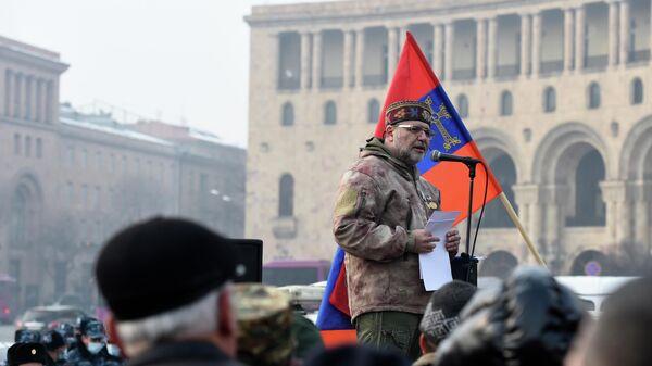 Участники акции протеста с требованием отставки премьер-министра Армении Никола Пашиняна на площади Республики в Ереване