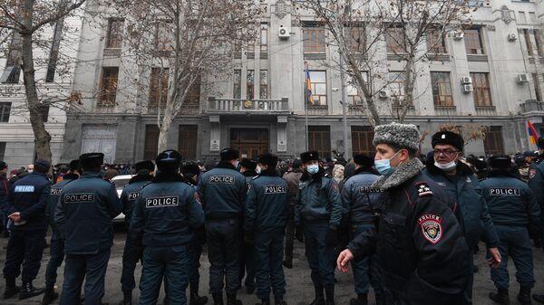 Полицейские и участники акции протеста с требованием отставки премьер-министра Армении Никола Пашиняна возле здания генеральной прокуратуры в Ереване