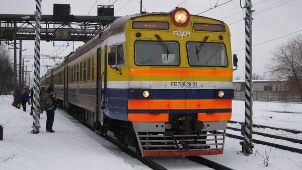 Поезд на железнодорожных путях в Латвии