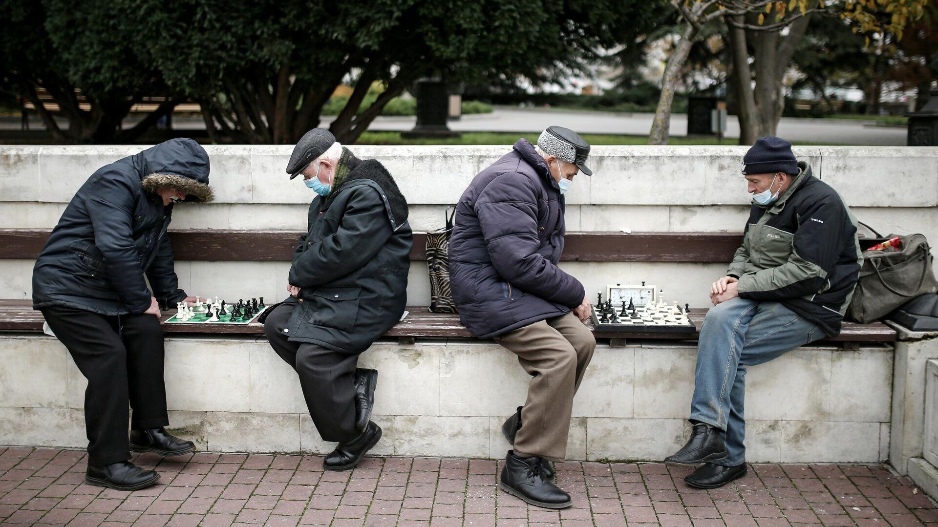 Мужчины играют в шахматы на Приморском бульваре в Севастополе - РИА Новости, 1920, 03.02.2021