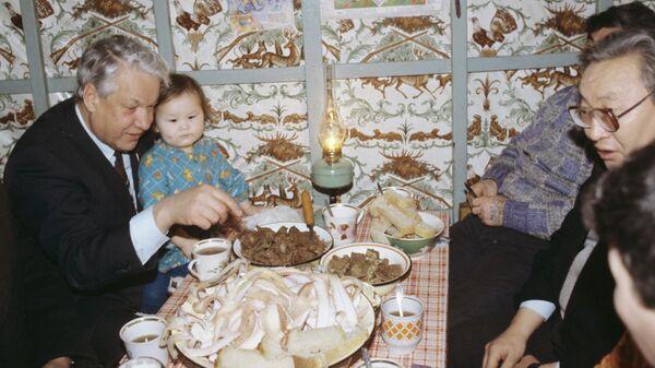 Борис Николаевич Ельцин посетил семью оленевода Спиридонова во время официального визита в Якутскую ССР. 27-30 декабря 1990 г.