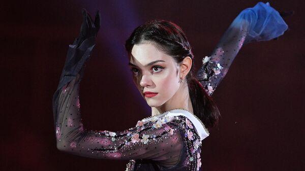 Фигуристка Евгения Медведева выступает в ледовом шоу Чемпионы