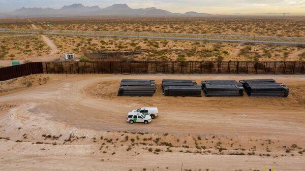 Машины пограничного патруля США едут вдоль конструкций недостроенной стены на границе между США и Мексикой
