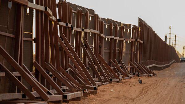 Недостроенная стена на границе между США и Мексикой