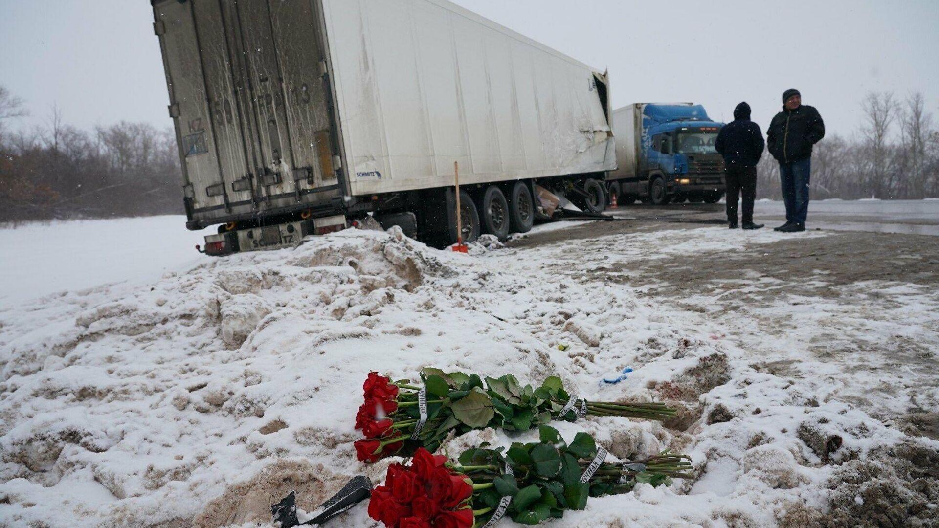 Цвета на месте аварии на трассе М5 под Сызранью - РИА Новости, 1920, 01.02.2021