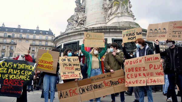 Участники акции протеста против законопроекта О глобальной безопасности на площади Республики в Париже