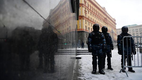 Сотрудники правоохранительных органов у Лубянской площади перед началом несанкционированной акции