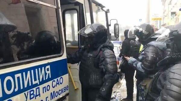 Голову берегите!: полиция проводит задержания участников акции в Москве
