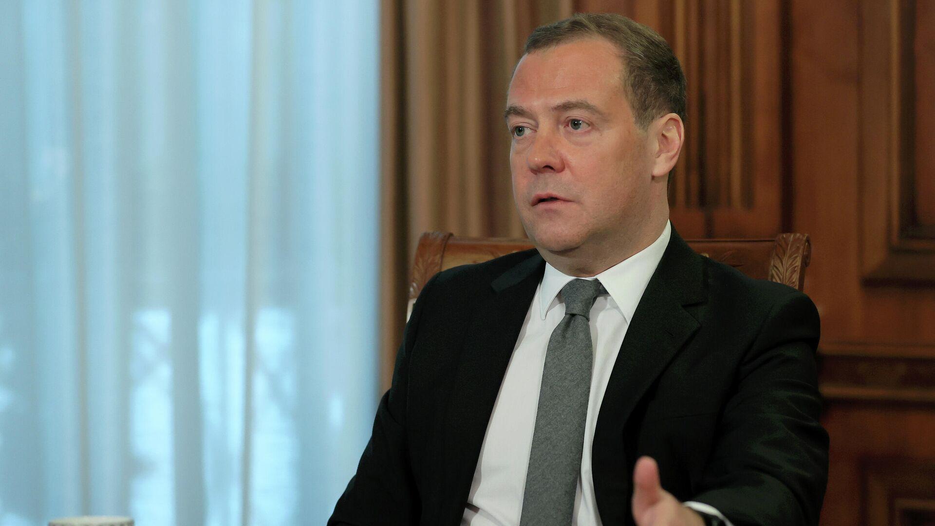 Председатель партии Единая Россия Дмитрий Медведев во время интервью представителям СМИ - РИА Новости, 1920, 19.05.2021