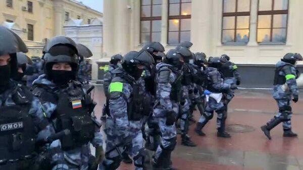 ОМОН оттесняет участников незаконной акции и прессу с площади у Ленинградского вокзала в Москве