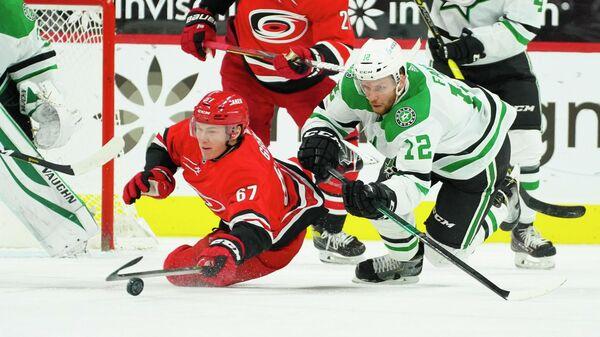 Игровой момент в матче НХЛ между командами Каролина Харрикейнз и Даллас Старз
