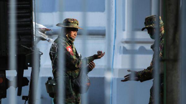 Военные возле мэрии города Янгона, Мьянма