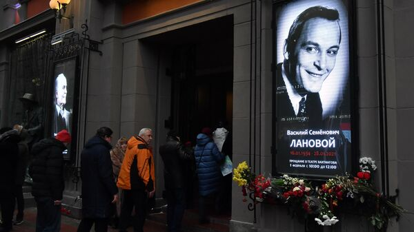 Люди у театра имени Евгения Вахтангова в Москве, где проходит церемония прощания с народным артистом СССР Василием Лановым.