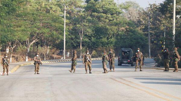 Контрольно-пропускной пункт на пути к зданию конгресса в Нейпьито, Мьянма