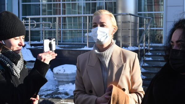 Супруга Алексея Навального Юлия у здания Щербинского районного суда города Москвы,