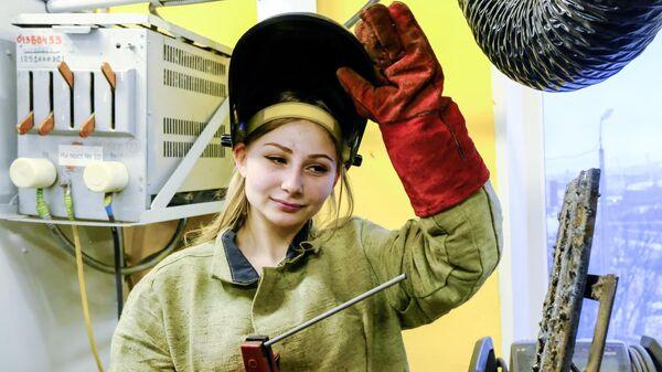 Учащаяся Мурманского индустриального колледжа в сварочной мастерской