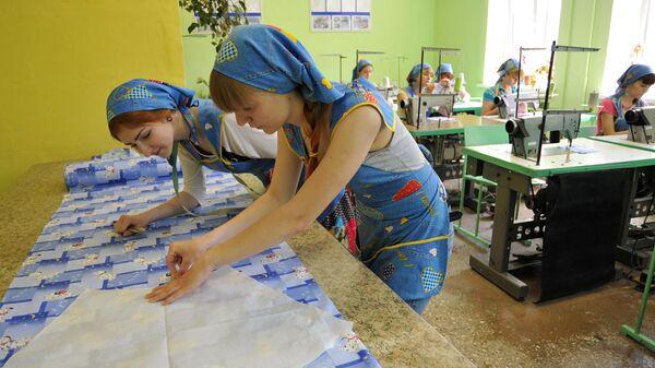 Студенты отделения конструирования и моделирования швейных изделий в мастерской строительно-художественного техникума в Ростове-на-Дону