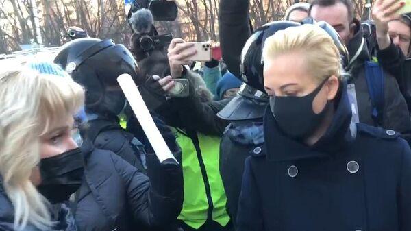 Юлия Навальная у здания Московского городского суда. Кадр видео
