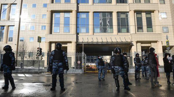 Сотрудники Росгвардии и полиции у здания Московского городского суда