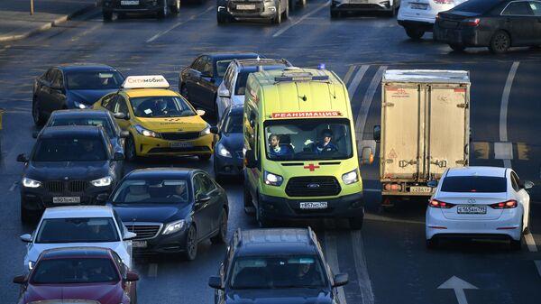 Автомобили на одной из улиц в Москве