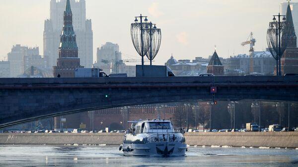 Теплоход на реке Москве