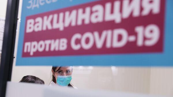 Медик прививочного пункта в торговом центре Columbus в Москве, где вакцинируют желающих российским препаратом от COVID-19 Гам-Ковид-Вак (Спутник V)