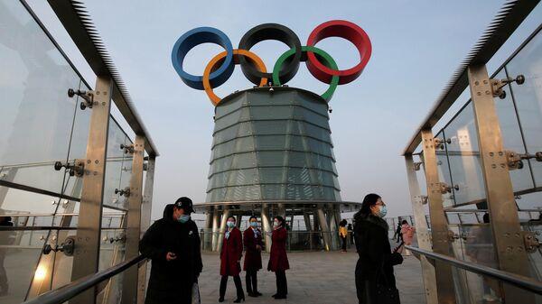 Люди на Олимпийской башне в Пекине
