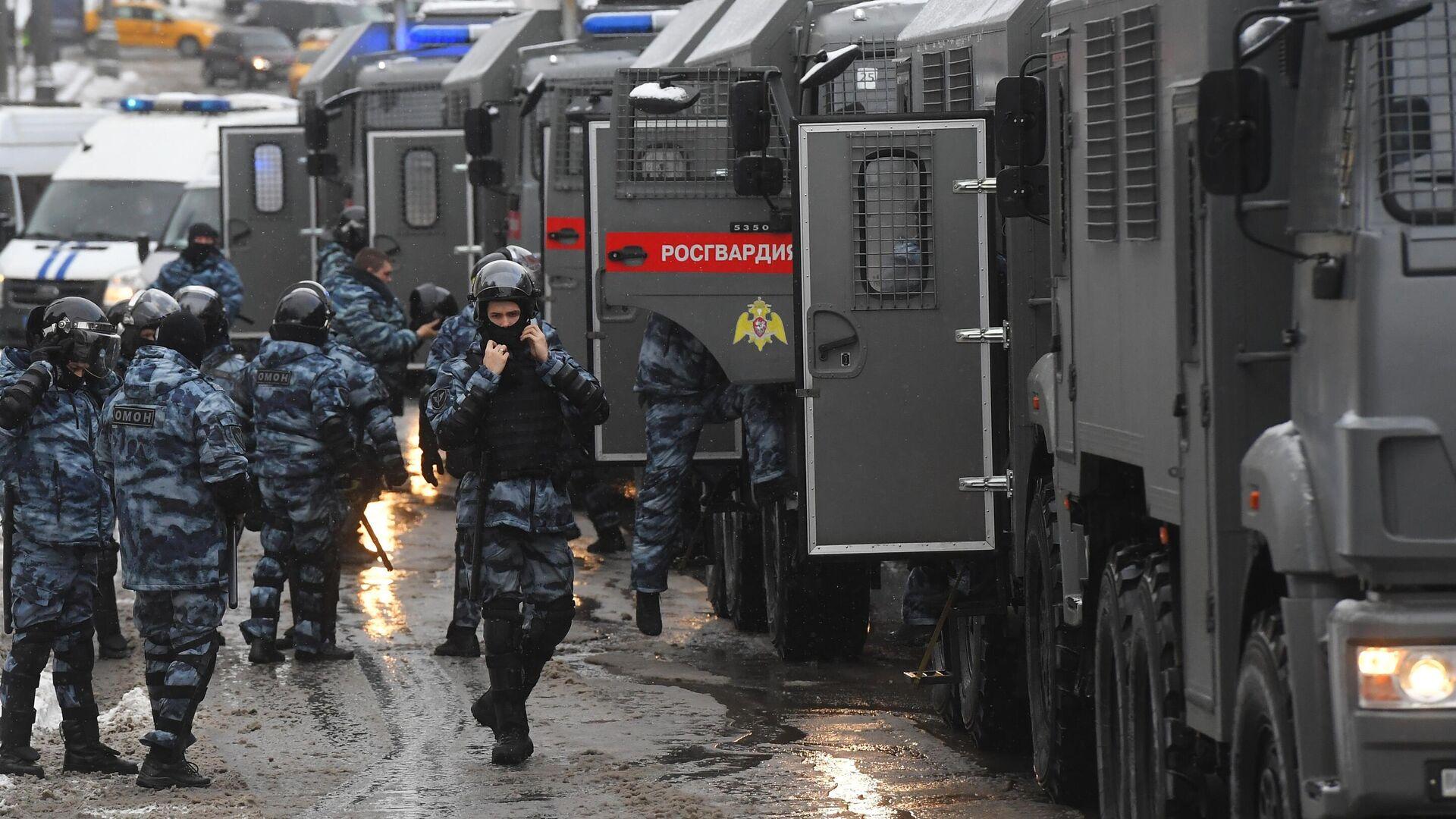 Сотрудники правоохранительных органов во время несанкционированной акции сторонников в Москве - РИА Новости, 1920, 08.02.2021