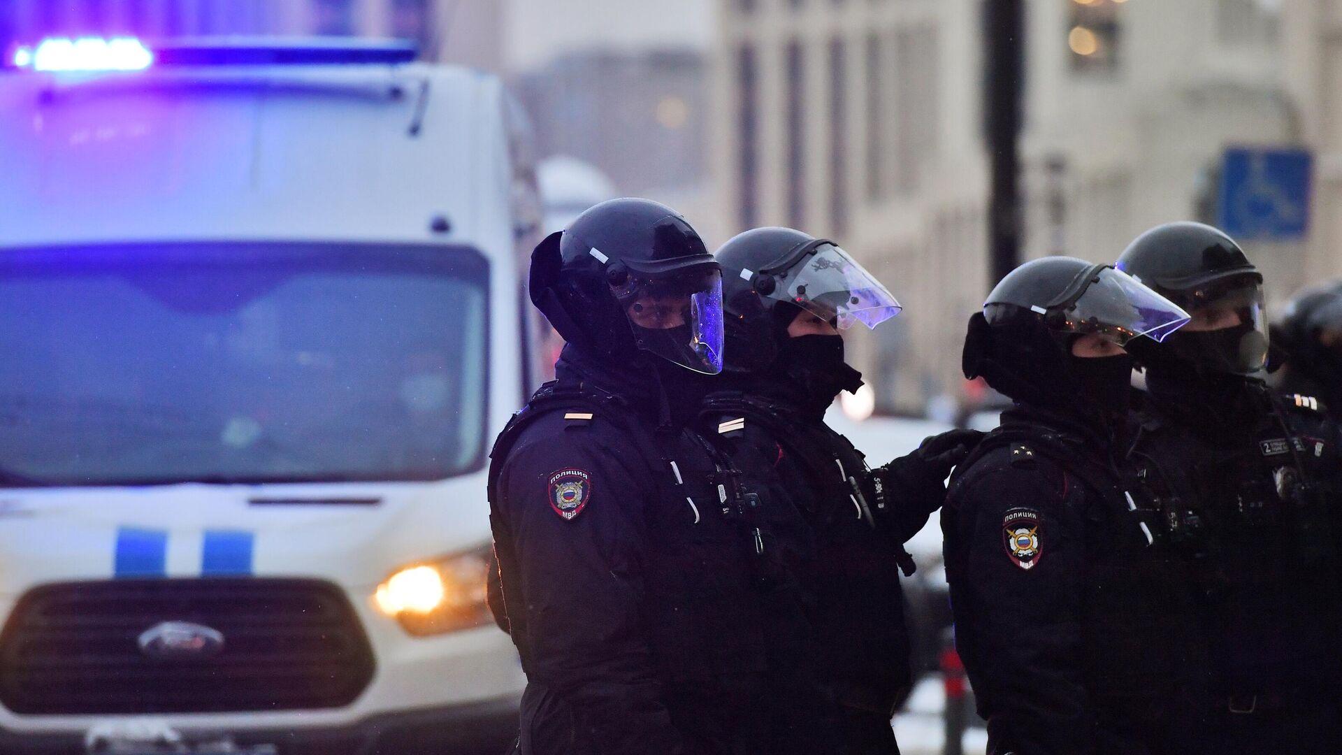 Сотрудники правоохранительных органов во время несанкционированной акции в Москве - РИА Новости, 1920, 10.02.2021