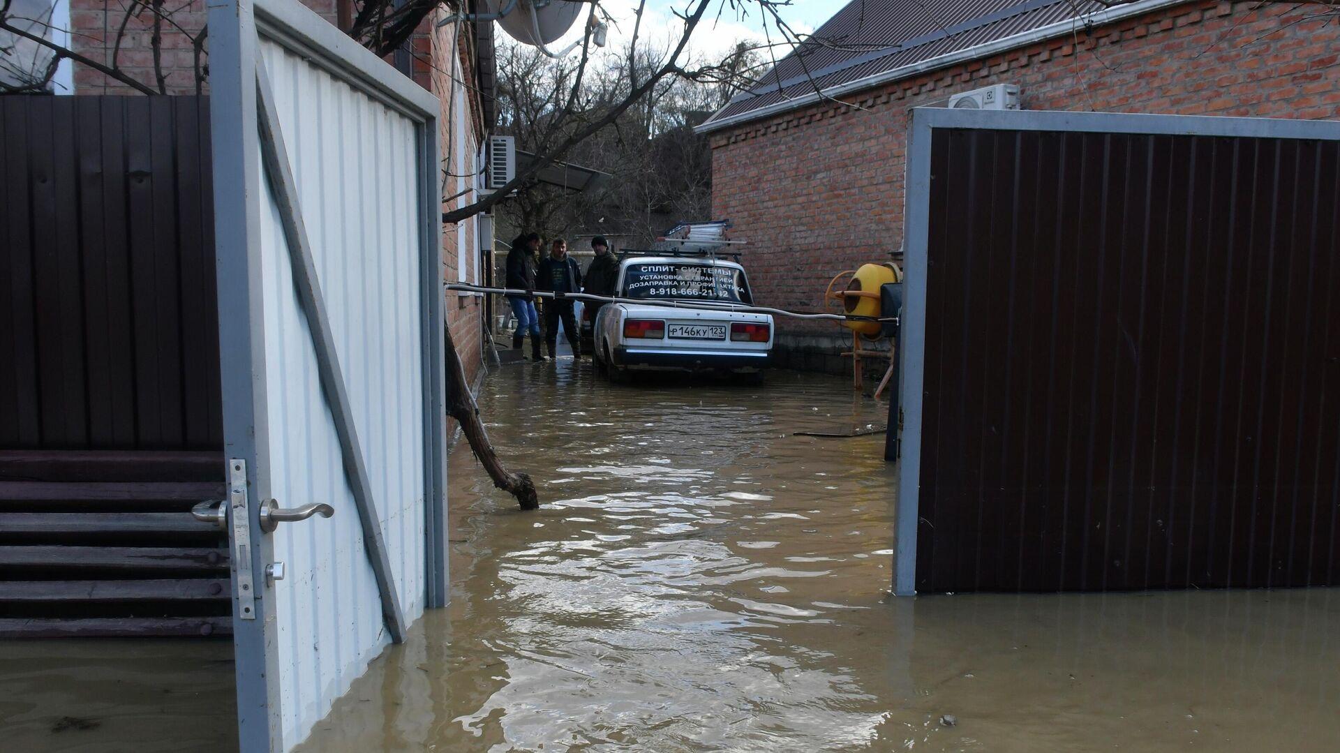 Затопленный двор жилого дома - РИА Новости, 1920, 04.02.2021