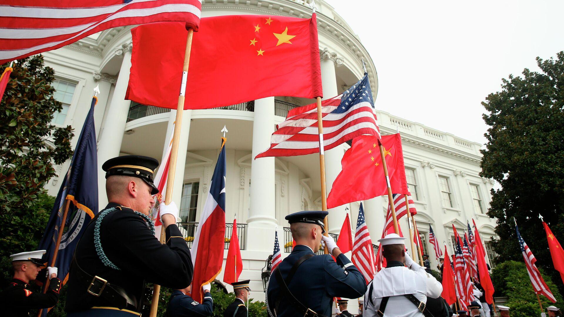 Военнослужащие США с флагами США и Китая на фоне Белого дома в Вашингтоне - РИА Новости, 1920, 24.07.2021
