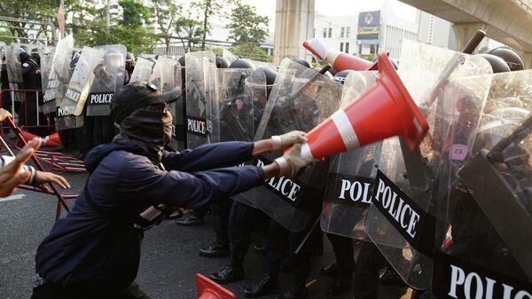 Столкновение на митинге за демократию Мьянмы у посольства в Бангкоке, Таиланд