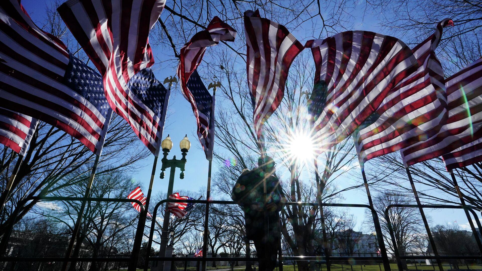 Рабочий устанавливает американские флаги в Вашингтоне - РИА Новости, 1920, 02.03.2021